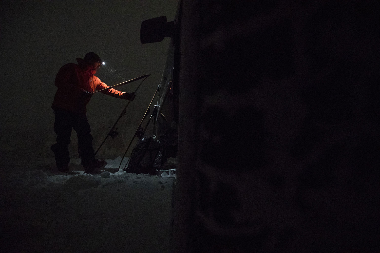 Skitourenfell abziehn im Dunkeln