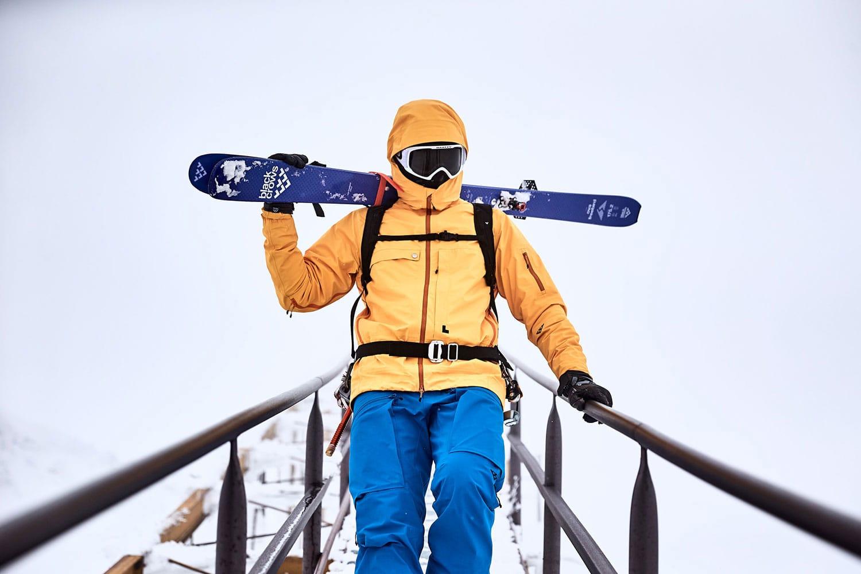 Ski geschultert